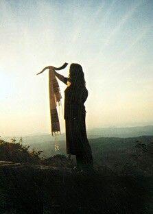 woman blowing the shhofar